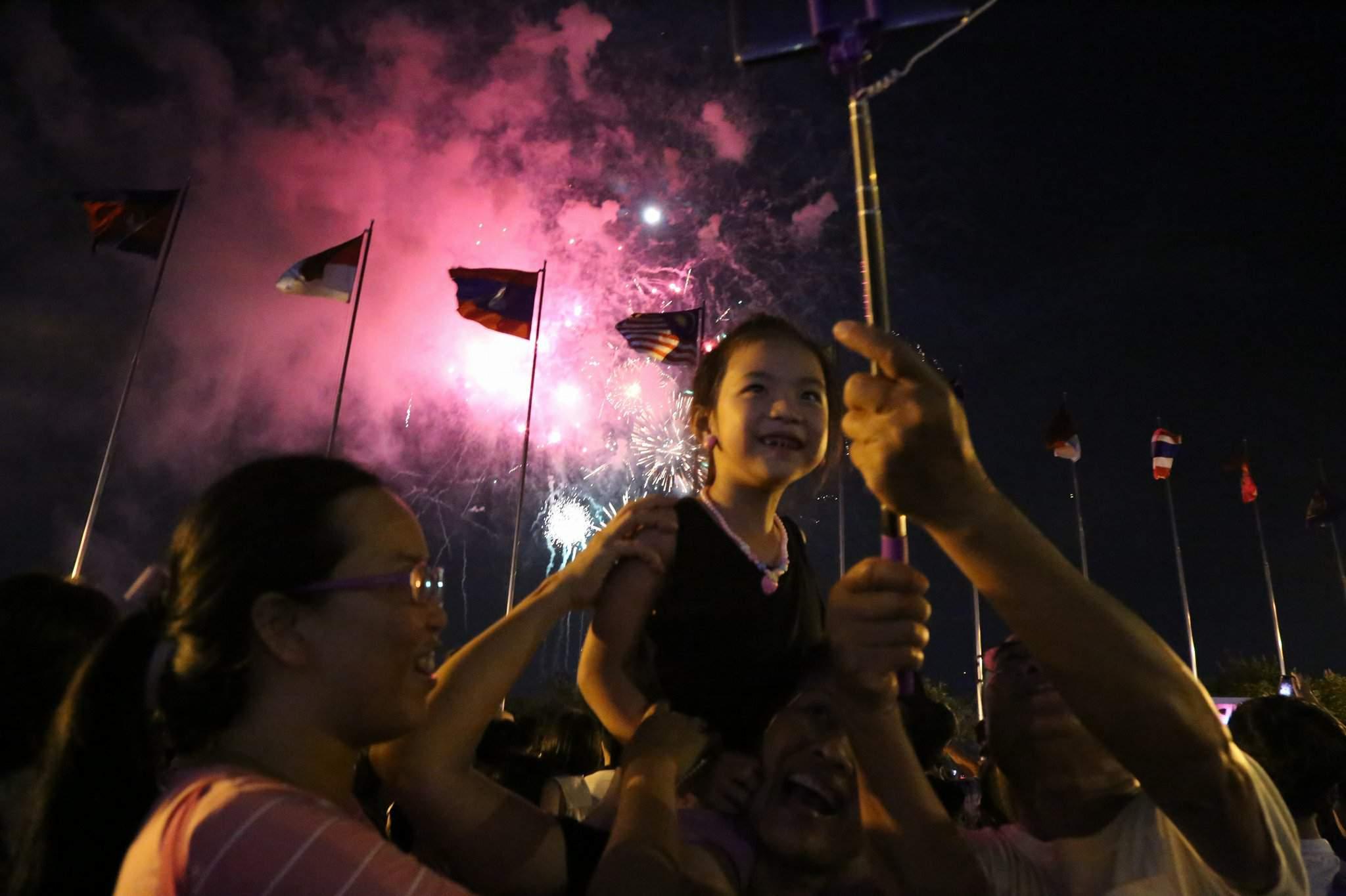 Pháo hoa rực sáng trên bầu trời Sài Gòn mừng lễ 30/4-13