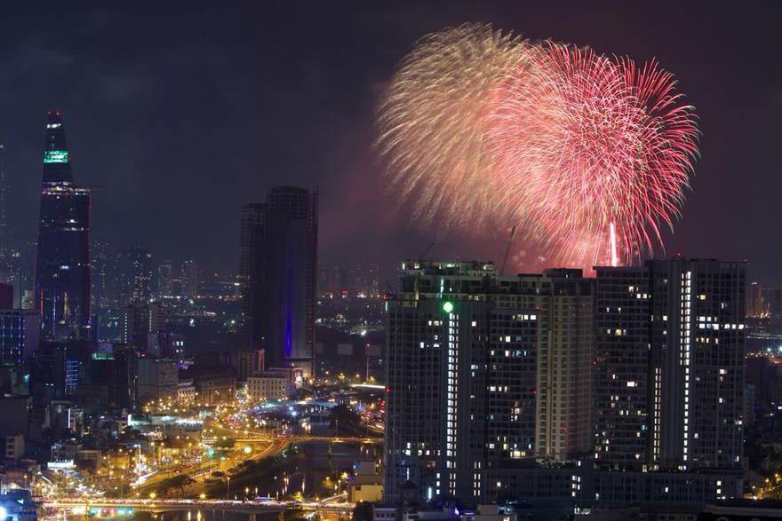 Pháo hoa rực sáng trên bầu trời Sài Gòn mừng lễ 30/4-14