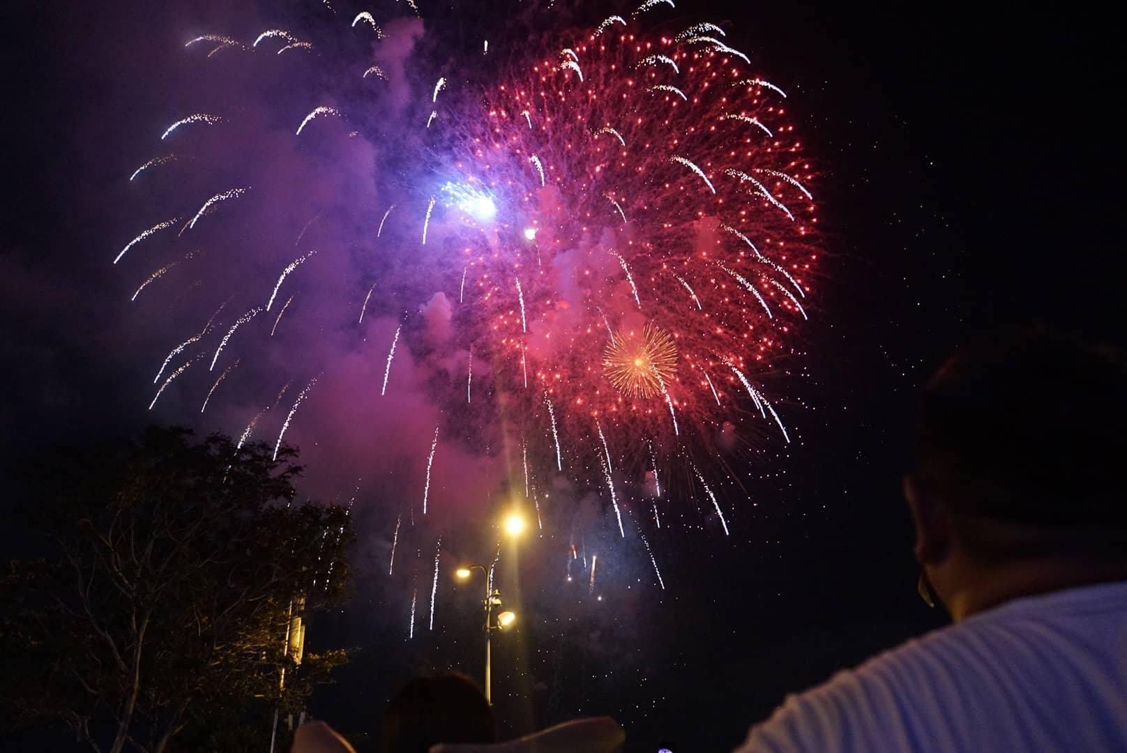 Pháo hoa rực sáng trên bầu trời Sài Gòn mừng lễ 30/4-3