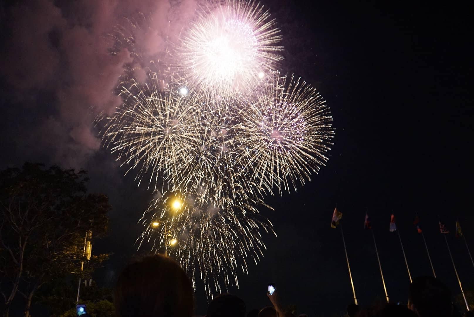 Pháo hoa rực sáng trên bầu trời Sài Gòn mừng lễ 30/4-5