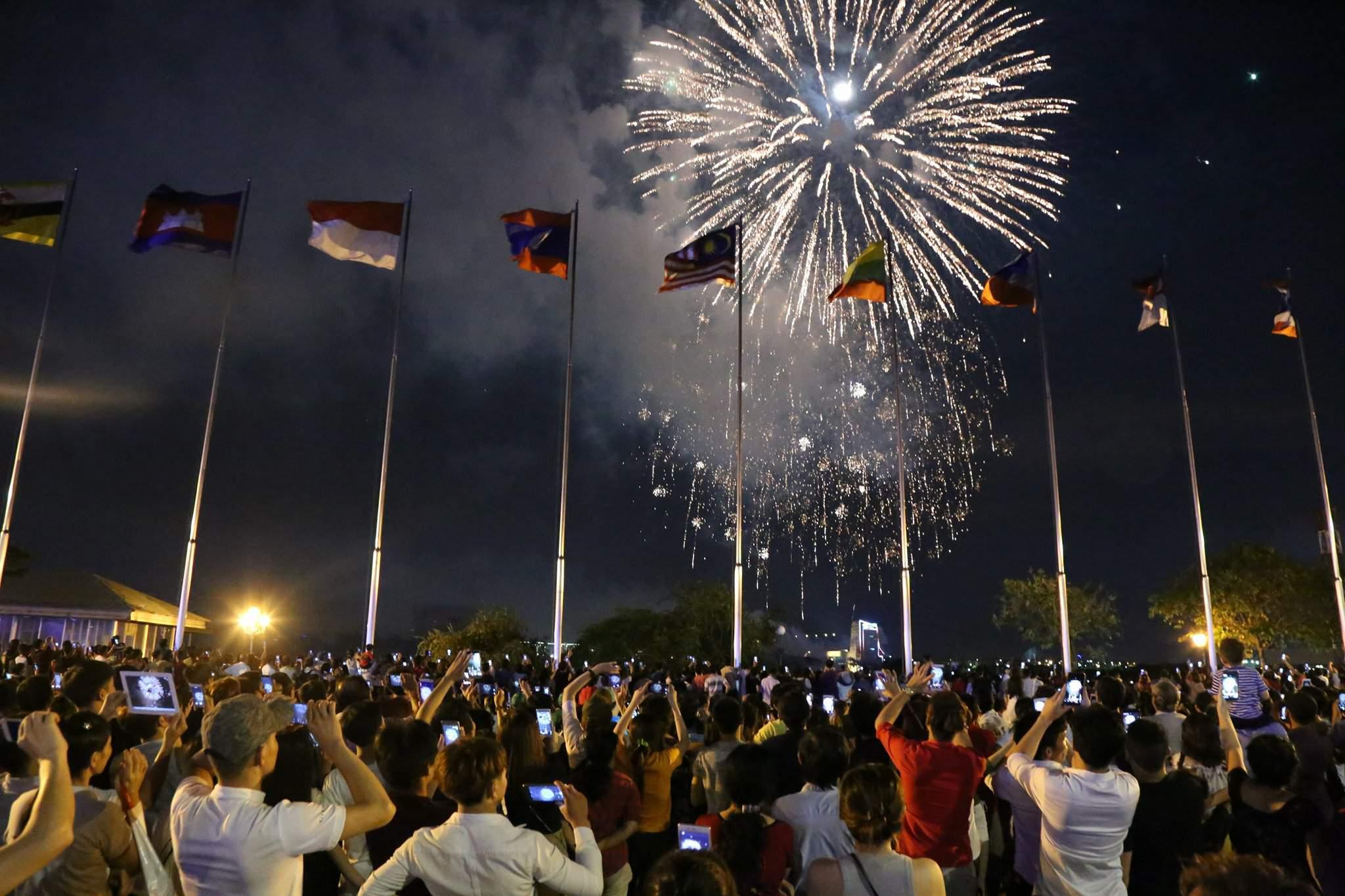 Pháo hoa rực sáng trên bầu trời Sài Gòn mừng lễ 30/4-6