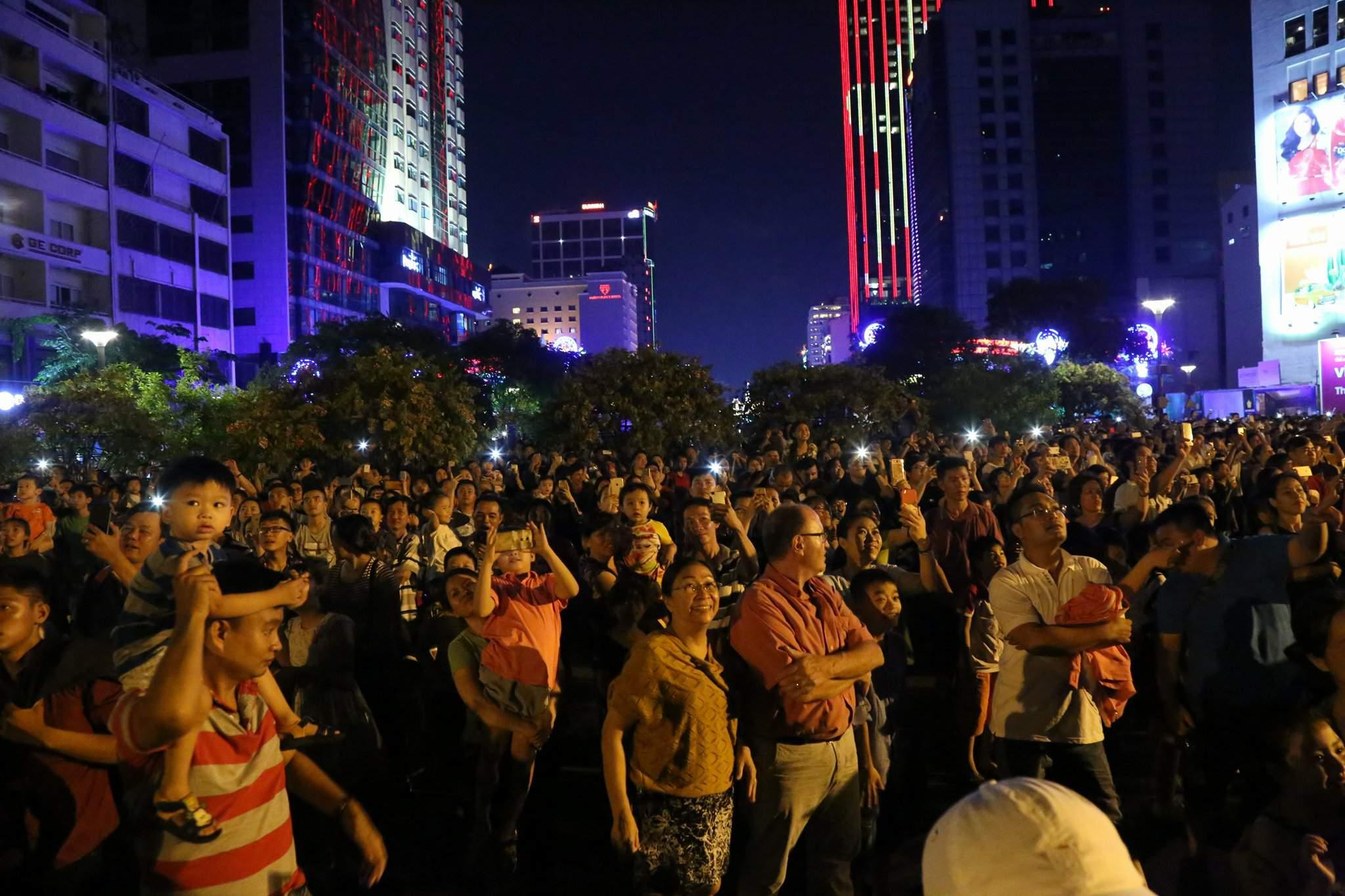 Pháo hoa rực sáng trên bầu trời Sài Gòn mừng lễ 30/4-7