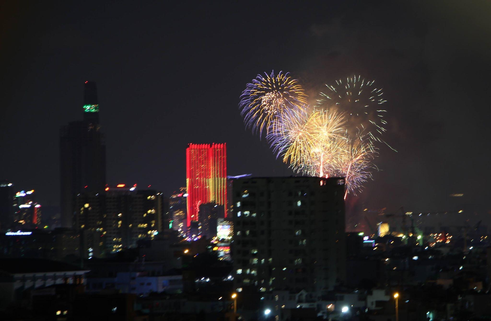 Pháo hoa rực sáng trên bầu trời Sài Gòn mừng lễ 30/4-8