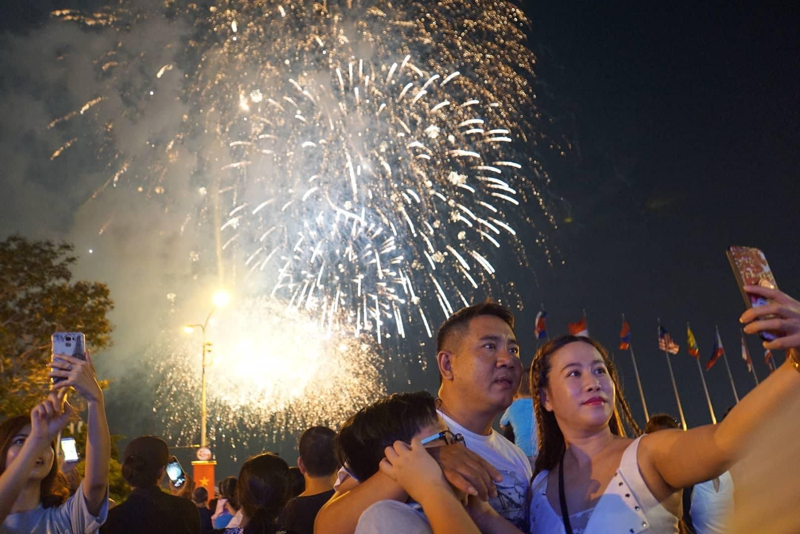 Pháo hoa rực sáng trên bầu trời Sài Gòn mừng lễ 30/4-9