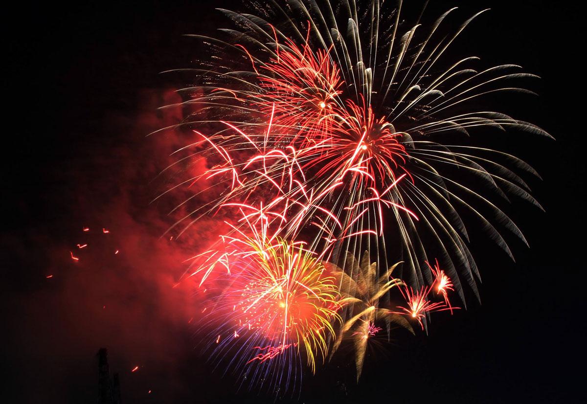 Pháo hoa rực sáng trên bầu trời Sài Gòn mừng lễ 30/4-10