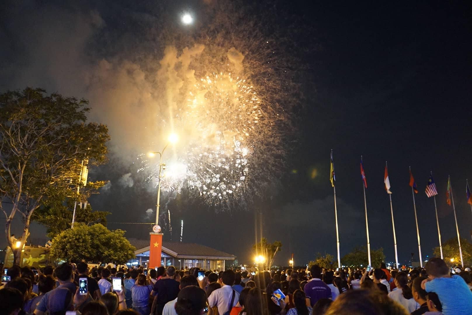 Pháo hoa rực sáng trên bầu trời Sài Gòn mừng lễ 30/4-1