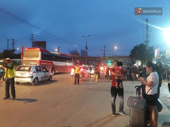 Hơn 4h sáng ngày 1/5, dòng người đã ùn ùn đổ về Hà Nội sau kỳ nghỉ lễ kéo dài-2