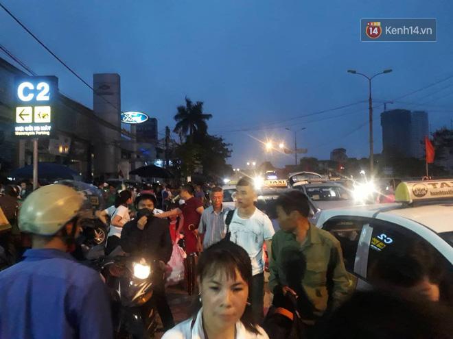 Hơn 4h sáng ngày 1/5, dòng người đã ùn ùn đổ về Hà Nội sau kỳ nghỉ lễ kéo dài-3