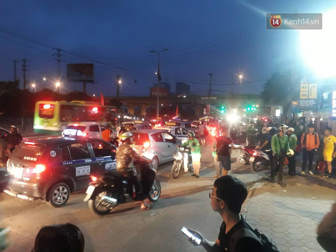 Hơn 4h sáng ngày 1/5, dòng người đã ùn ùn đổ về Hà Nội sau kỳ nghỉ lễ kéo dài-4