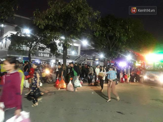 Hơn 4h sáng ngày 1/5, dòng người đã ùn ùn đổ về Hà Nội sau kỳ nghỉ lễ kéo dài-6