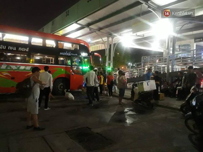 Hơn 4h sáng ngày 1/5, dòng người đã ùn ùn đổ về Hà Nội sau kỳ nghỉ lễ kéo dài-7