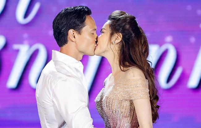 Hà Hồ nói gì khi bị chỉ trích hôn Kim Lý trên sân khấu trực tiếp?-3