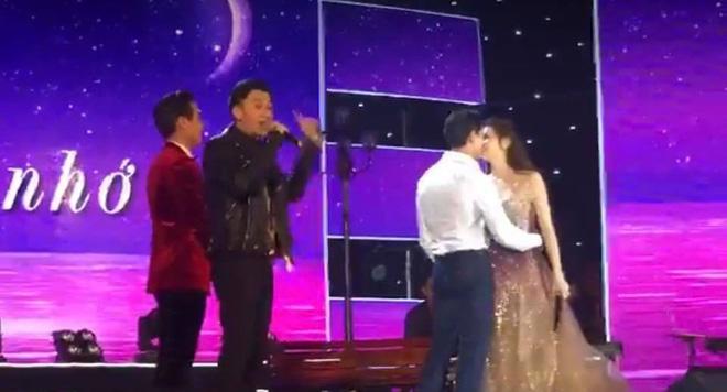 Hà Hồ nói gì khi bị chỉ trích hôn Kim Lý trên sân khấu trực tiếp?-1