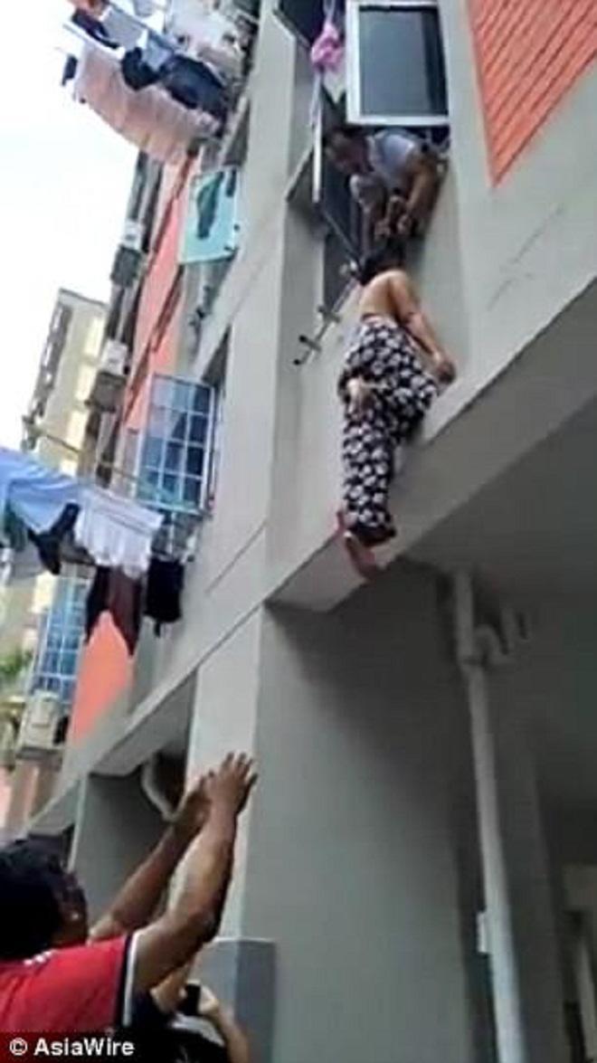 Ăn ở tầng 2, nhoài người túm tóc người phụ nữ rơi từ tầng 3-1