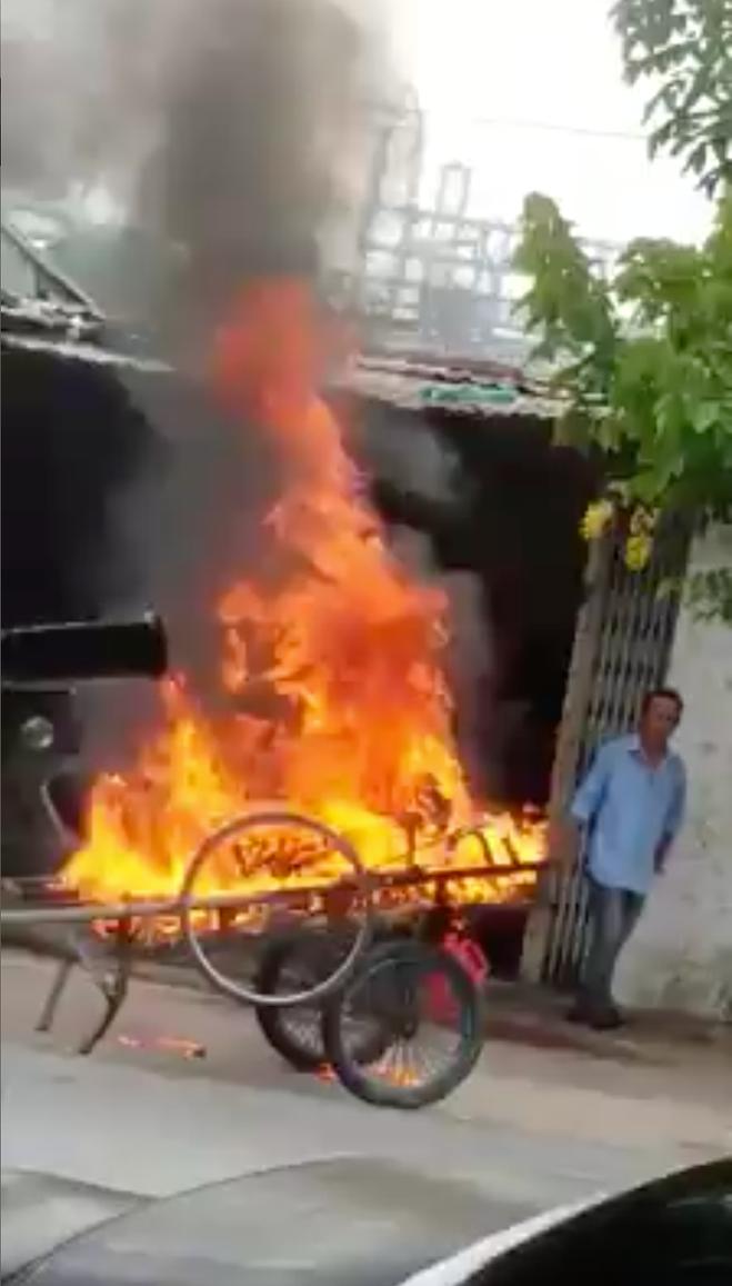 Cà Mau: Xe kéo đỗ chắn cửa, chủ nhà đổ dầu châm lửa đốt luôn-1