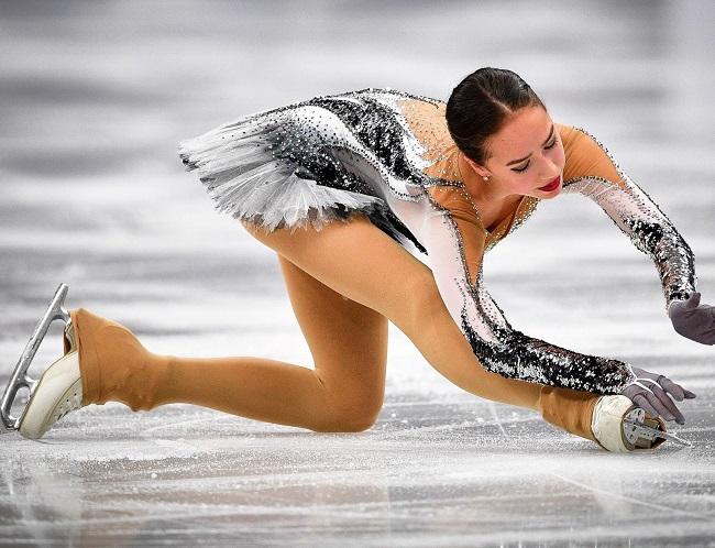 Thuốc chữa hớ hênh cho đồ diễn siêu ngắn của VĐV trượt băng-1