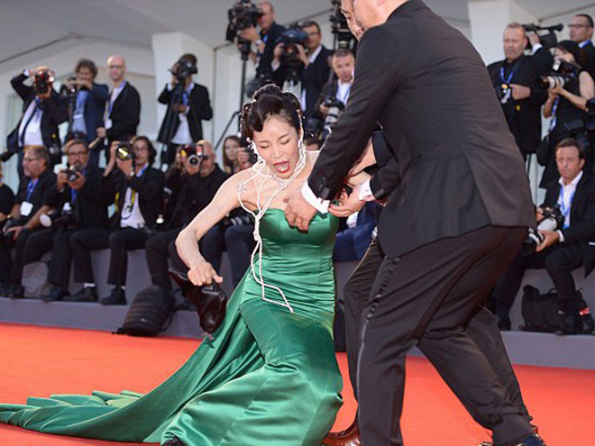 Chắc mẩm váy dài cả mét sẽ quét sạch thảm đỏ, nào ngờ các sao nữ này tự đẩy mình vào cảnh ê chề-8