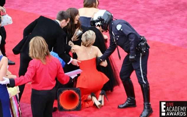 Chắc mẩm váy dài cả mét sẽ quét sạch thảm đỏ, nào ngờ các sao nữ này tự đẩy mình vào cảnh ê chề-10