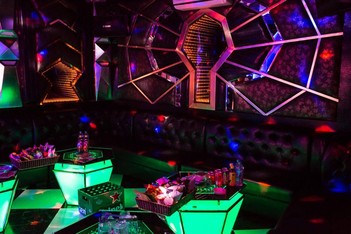 Tiệc sinh nhật lạ lùng của quý bà khiến nam tiếp viên karaoke tái mặt-2