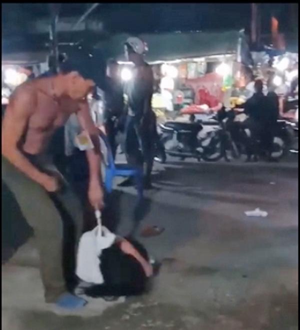 Nghi vợ sắm điện thoại xịn theo trai, chồng đánh và kéo lê vợ ở chợ-1