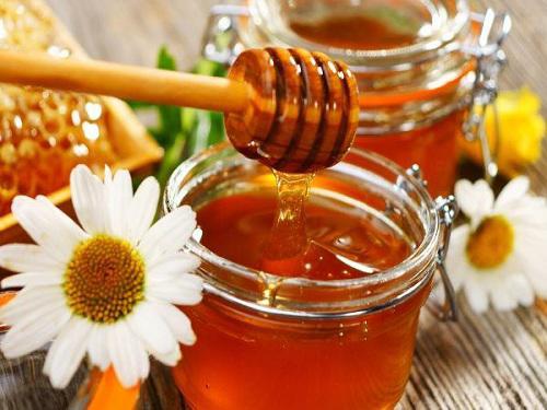 Với 5 ngàn đồng, chị em có ngay cách dưỡng môi bằng mật ong khỏi cần bôi son-1