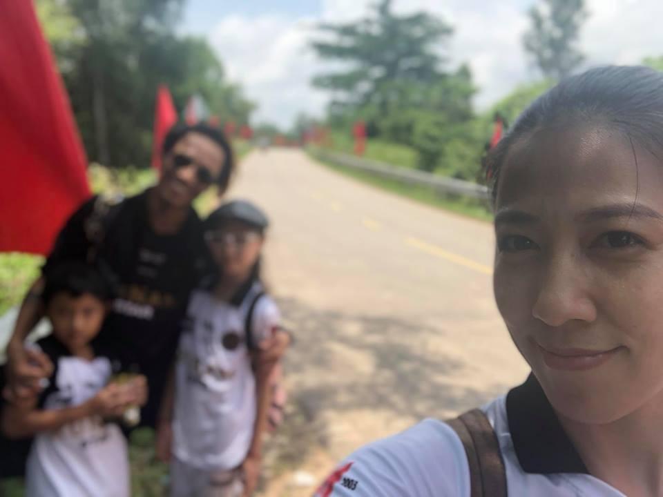 Mặc scandal bị Phạm Lịch tố gạ tình, vợ chồng Phạm Anh Khoa vui vẻ đưa hai con đi chơi-1