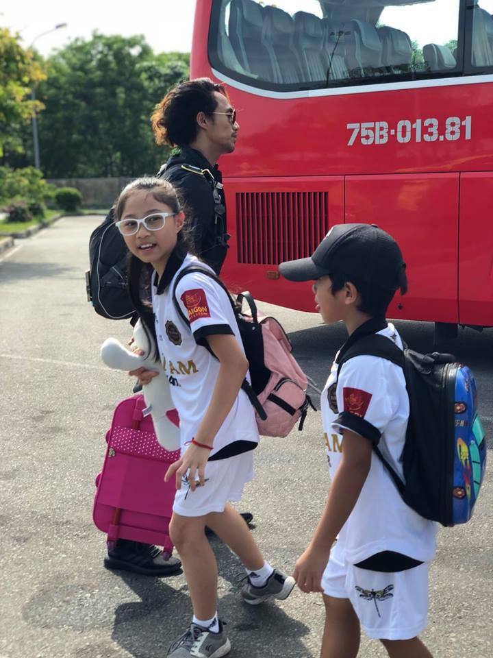 Mặc scandal bị Phạm Lịch tố gạ tình, vợ chồng Phạm Anh Khoa vui vẻ đưa hai con đi chơi-4