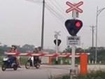 Người mẹ một tay cầm lái, một tay ôm con trai đang ti sữa trên đường phố Hà Nội khiến nhiều người ngỡ ngàng-10