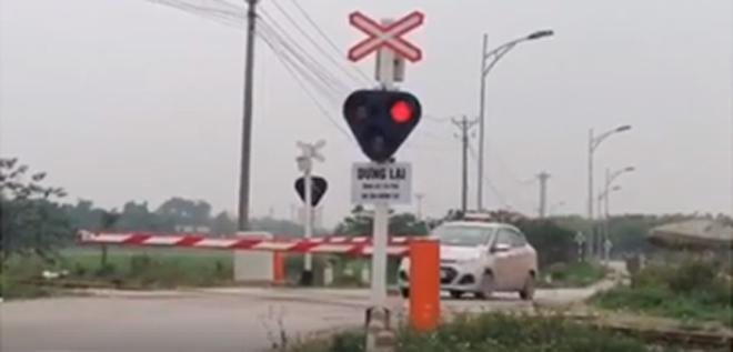 """Clip: Hãi hùng đoàn quân"""" Ninja Lead vượt tín hiệu đèn đỏ đường tàu, bất chấp tính mạng-2"""