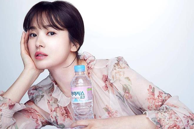 Cơn sốt của chiếc váy hoa quốc dân: Đến cả Song Hye Kyo cũng chọn mặc để đóng quảng cáo đây này!-1