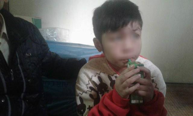 Bé trai ở Hà Nội bị bố và mẹ kế bạo hành đến gãy xương sườn giờ ra sao?-1