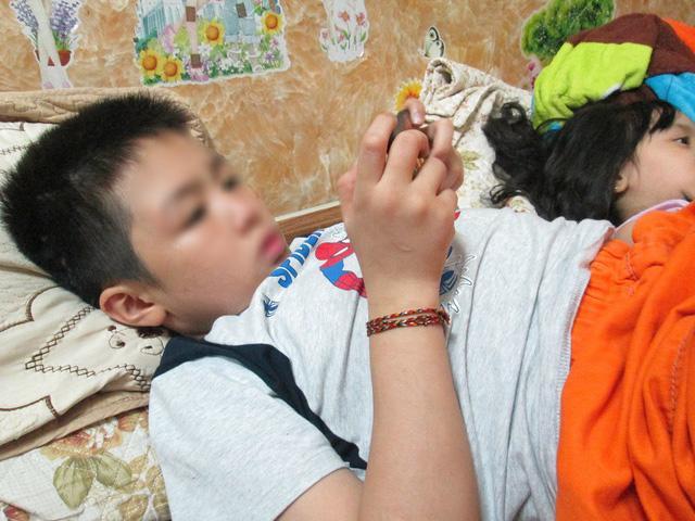 Bé trai ở Hà Nội bị bố và mẹ kế bạo hành đến gãy xương sườn giờ ra sao?-2