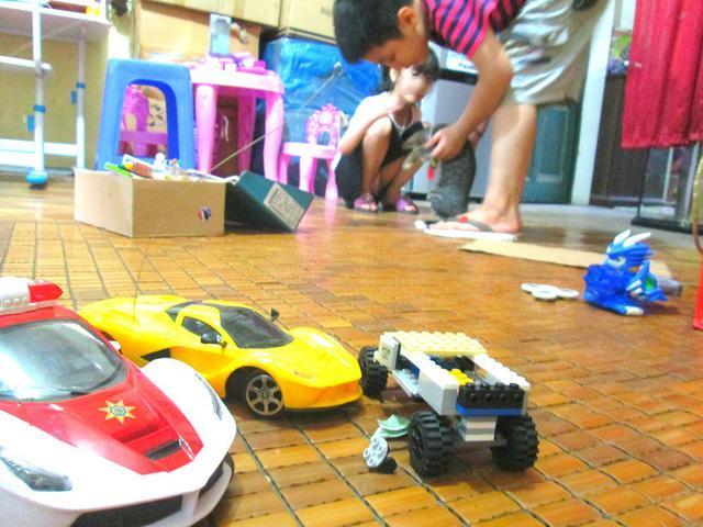 Bé trai ở Hà Nội bị bố và mẹ kế bạo hành đến gãy xương sườn giờ ra sao?-3