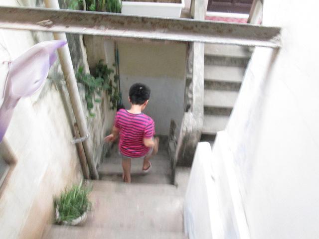 Bé trai ở Hà Nội bị bố và mẹ kế bạo hành đến gãy xương sườn giờ ra sao?-7