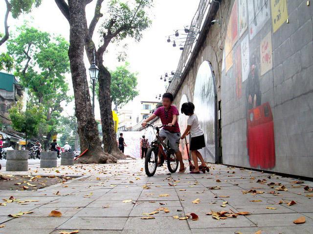 Bé trai ở Hà Nội bị bố và mẹ kế bạo hành đến gãy xương sườn giờ ra sao?-8