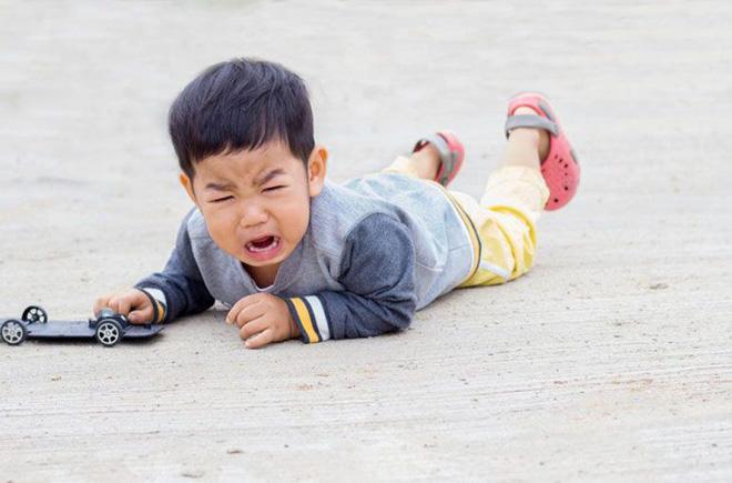 4 biện pháp khoa học trị dứt điểm những cơn mè nheo, khóc lóc, ăn vạ của trẻ-1