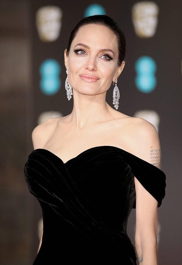 Đã 43 tuổi mà vẫn sở hữu làn da đẹp, hóa ra Angelina Jolie chỉ nhờ cậy đến những bí kíp này-1