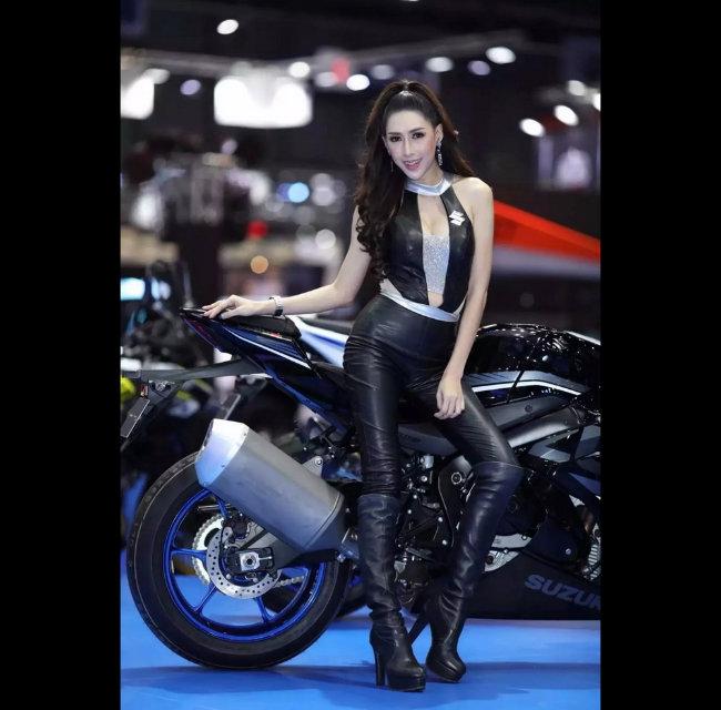Siêu mẫu tạo hình bên môtô đốn tim phái mạnh-11