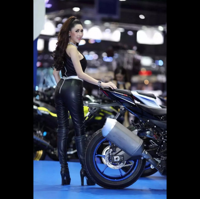 Siêu mẫu tạo hình bên môtô đốn tim phái mạnh-13