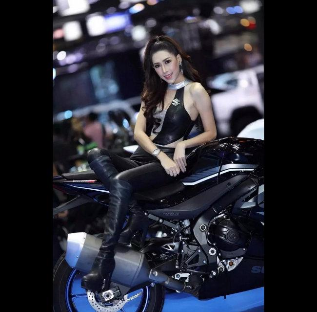 Siêu mẫu tạo hình bên môtô đốn tim phái mạnh-14