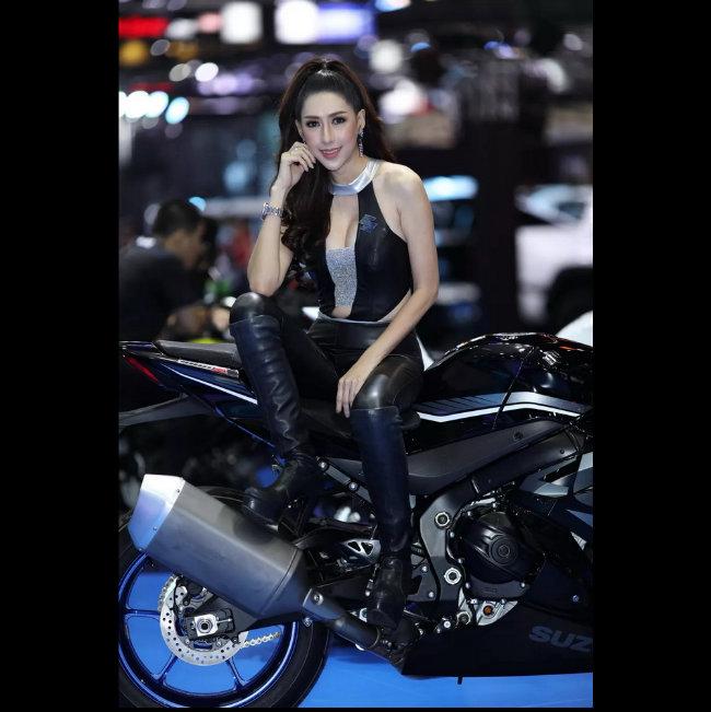 Siêu mẫu tạo hình bên môtô đốn tim phái mạnh-9