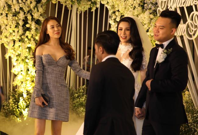 Cường Đô la công khai hôn Đàm Thu Trang trước trăm ánh mắt-3