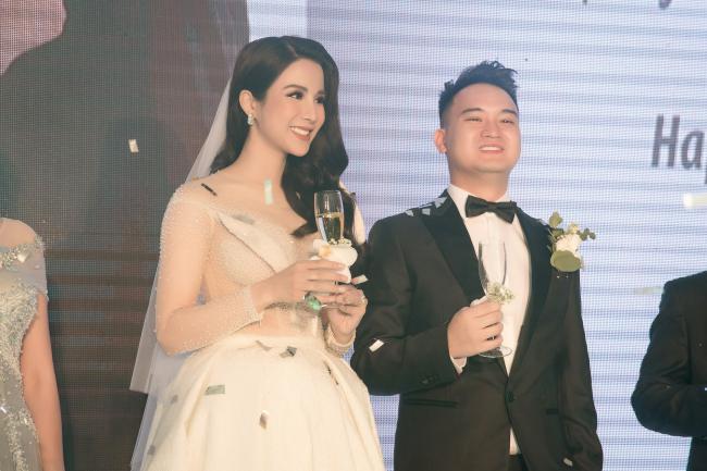 Cường Đô la công khai hôn Đàm Thu Trang trước trăm ánh mắt-20