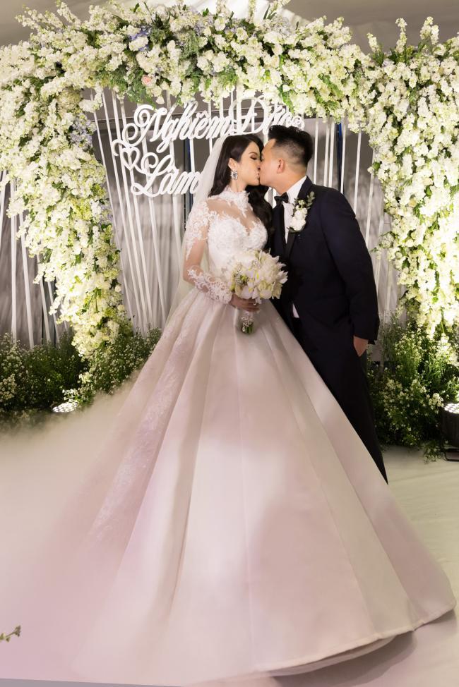 Cường Đô la công khai hôn Đàm Thu Trang trước trăm ánh mắt-15