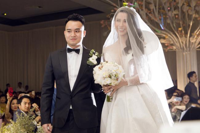 Cường Đô la công khai hôn Đàm Thu Trang trước trăm ánh mắt-23