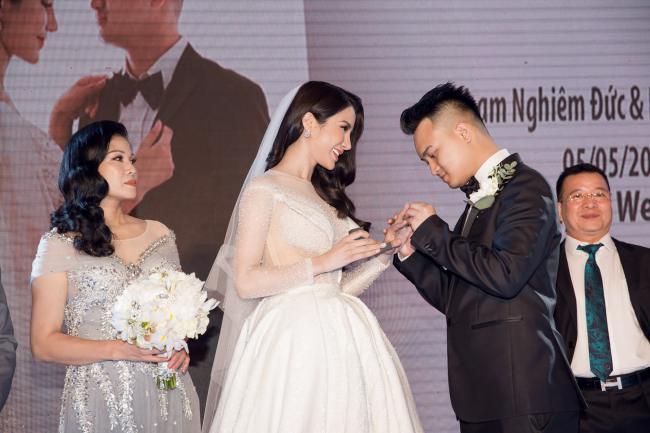 Cường Đô la công khai hôn Đàm Thu Trang trước trăm ánh mắt-16