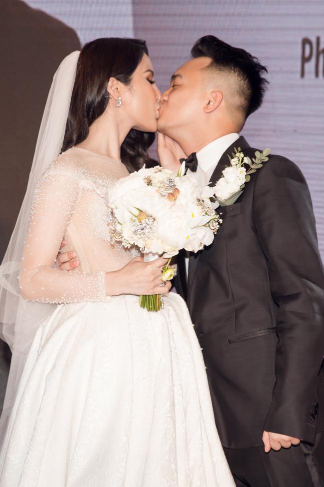 Cường Đô la công khai hôn Đàm Thu Trang trước trăm ánh mắt-19