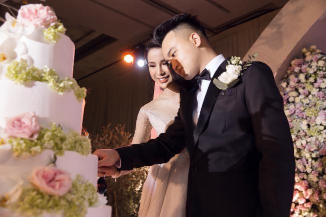 Cường Đô la công khai hôn Đàm Thu Trang trước trăm ánh mắt-18