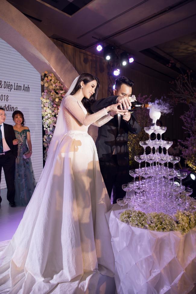 Cường Đô la công khai hôn Đàm Thu Trang trước trăm ánh mắt-17