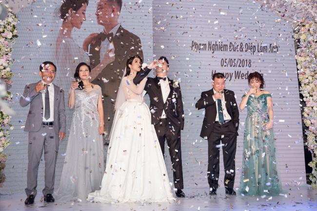 Cường Đô la công khai hôn Đàm Thu Trang trước trăm ánh mắt-21